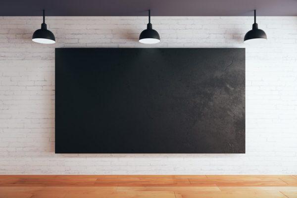 czarny sufit w salonie