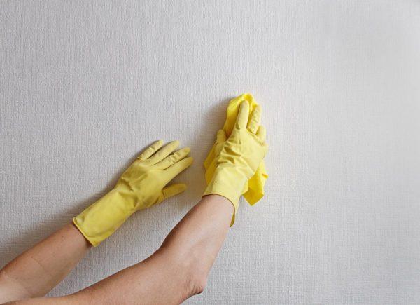 jak usunąć plamy na ścianie