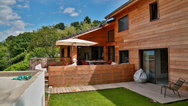 Drewniana elewacja, a kolor dachu - Nobiles Dach i Rynna